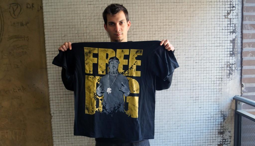 Kruze mostrando amor a B.G. con una de sus camisetas.