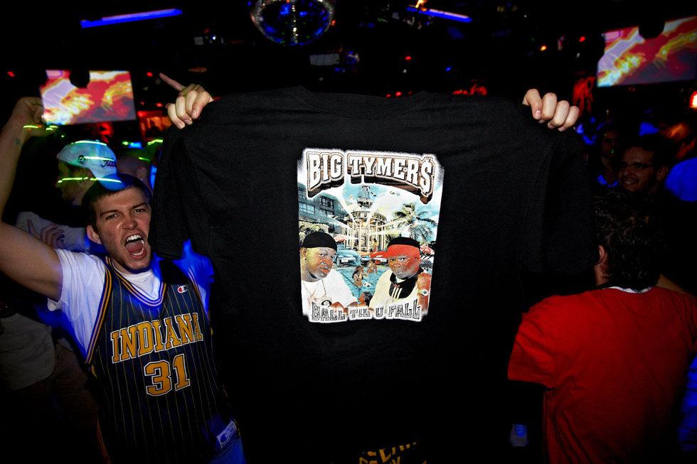 Kruze mostrando amor a Mannie Fresh con la camiseta de Big Tymers en la sala Bash de Madrid el 16 de noviembre de 2011.
