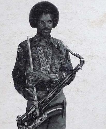 Afro McCook enseña sus armas.