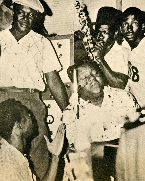 Duke Reid, esquina superior izquierda con gorra, en una actuación de Fats Domino en la isla