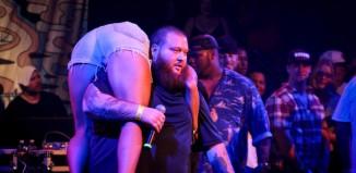Action Bronson cogiendo a una persona en el escenario