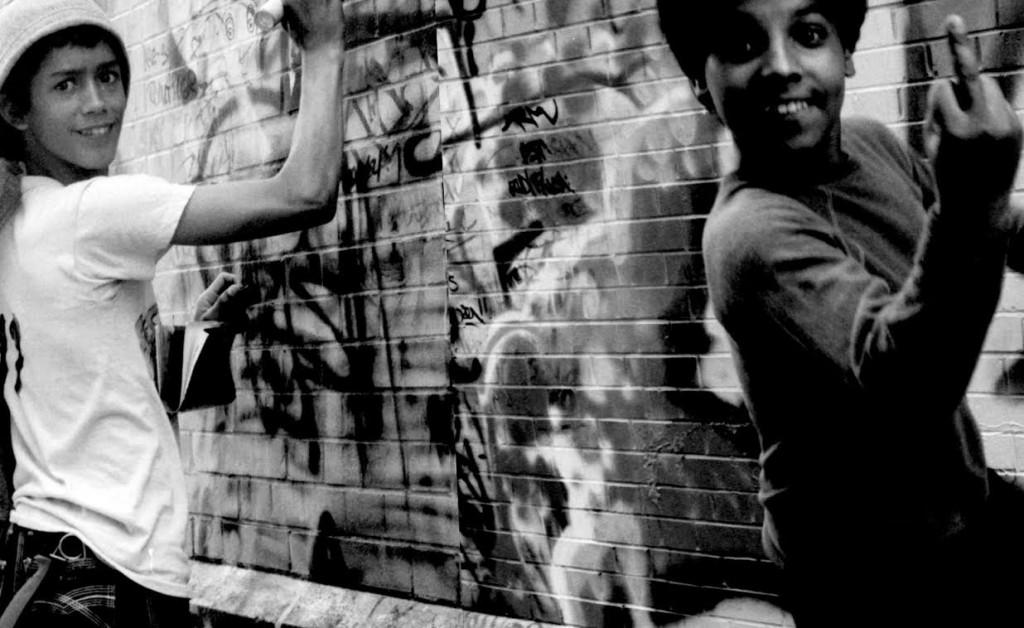 Dos grafiteros divirtiéndose ante la cámara