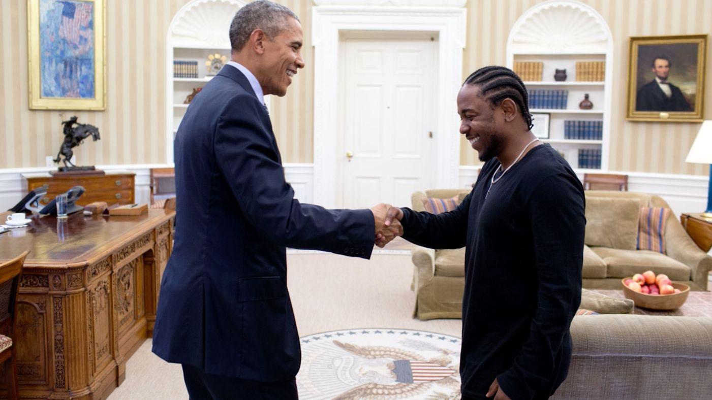 Kendrick Lamar saludando a Obama en su vista a La Casa Blanca