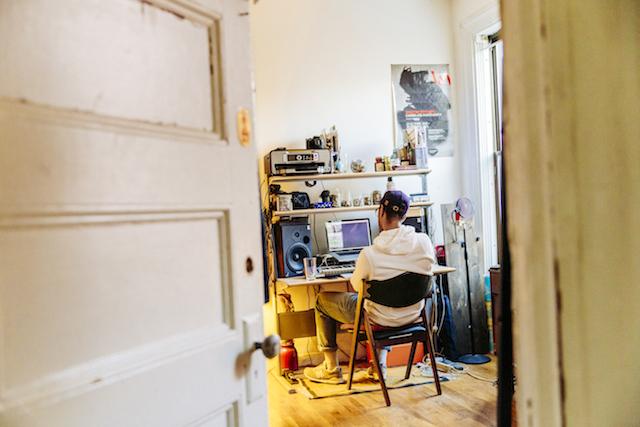 Oddisee en su estudio fotografido por Jeremy Deputat