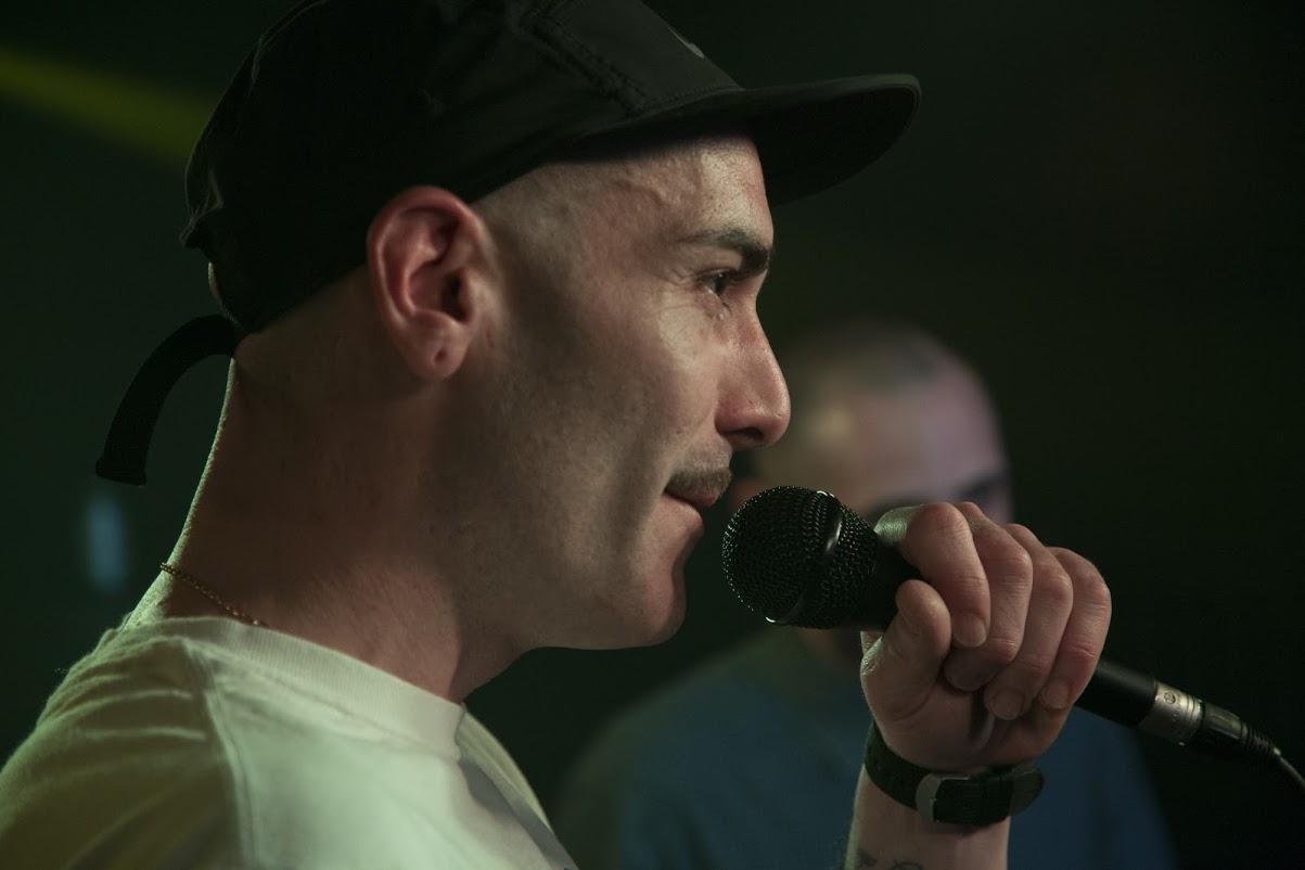 Elsso Rodriguez presentando El Factor Humano en la Sala Siroco